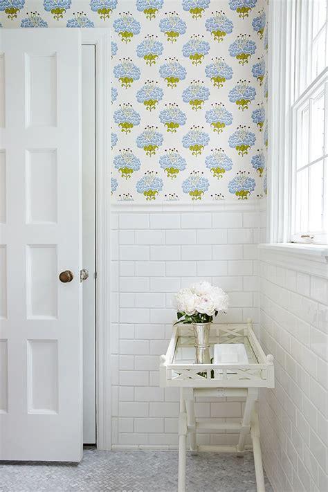 Badezimmer Fliesen Und Tapete by Best 25 Bathroom Wallpaper Ideas On Half