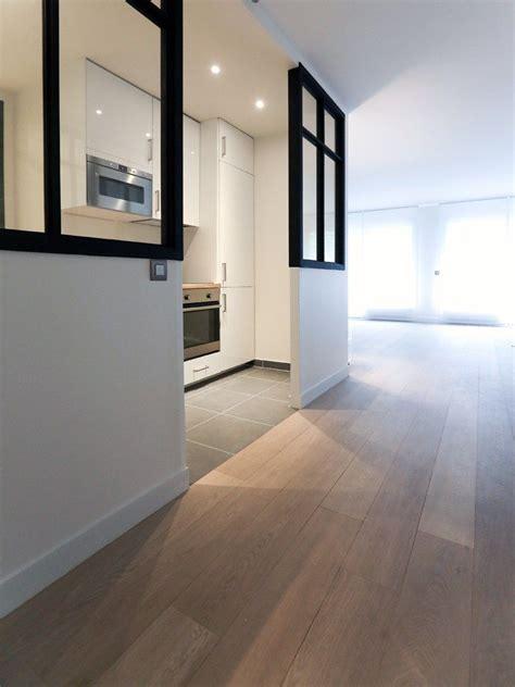 rénovation d 39 un appartement parisien cuisine ikea blanche moderne ouverte sur le salon