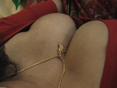Desi Aunty Sexy Back Indian Real Life Bhabhi Deep Cleavage