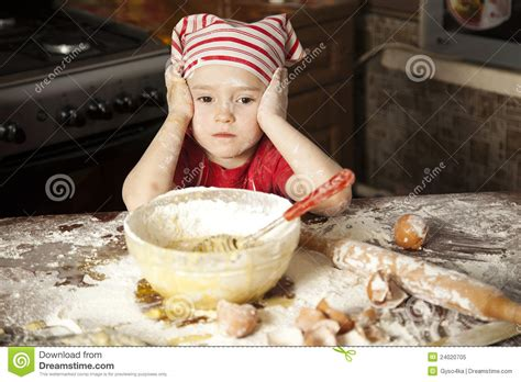 cuisine petit chef petit chef dans la cuisine photo libre de droits image