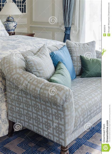 canapé de chambre oreiller bleu et vert sur le canapé lit dans la chambre à
