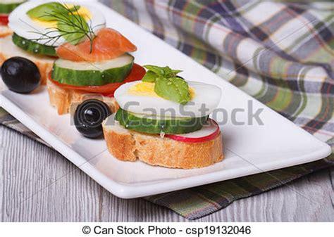 canape oeuf photo de canape bouilli oeuf concombre radis saumon