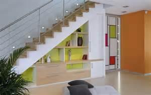 comment amenager sous un escalier vous aimez le peps et la couleur cet am 233 nagement de placard sous escalier devrait vous plaire