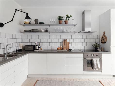 Mensole Rovere Grigio by Foto Cucina Con Piano Grigio E Mensole Di Rossella