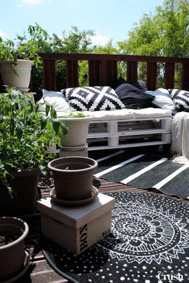 canapé terrasse un canapé en palette peint en blanc en déco terrasse