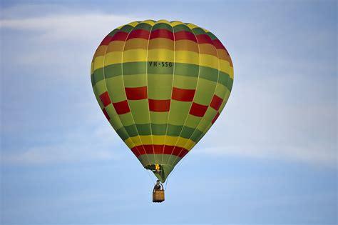 File:Hot air balloon over Leeton (6).jpg - Wikimedia Commons