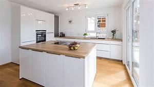 Küche Mit Küchenblock : k che mit zentralem k chenblock moderne k che von kitzlingerhaus gmbh co kg ~ Markanthonyermac.com Haus und Dekorationen