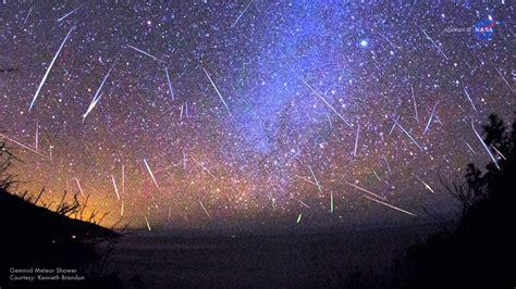 lo sciame  meteore delle perseidi  agosto  visibile nel cielo