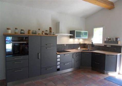 cuisine modèle gris métallique plan de travail en bois