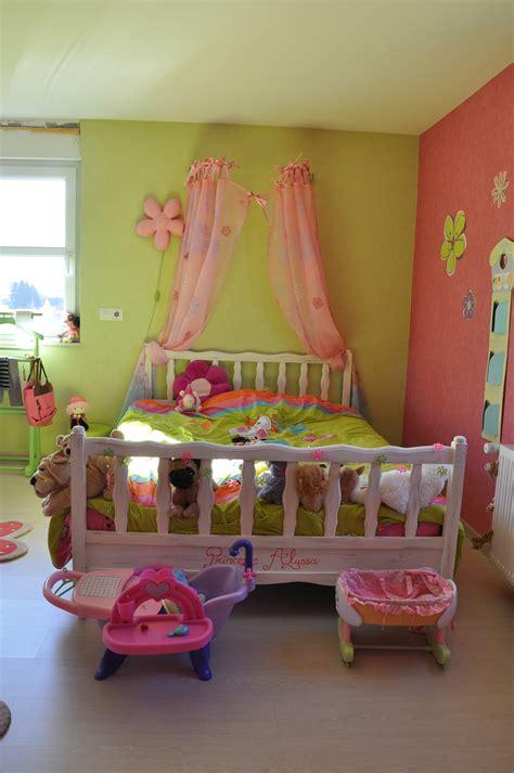 d馗o chambre enfants chambre en vert et blanc terrasse en bois