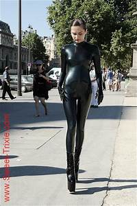 Verpackt In Latex : trixie in latex walking in public street costume pinterest latex street and catsuit ~ Watch28wear.com Haus und Dekorationen