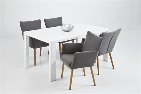 chaise en tissu fauteuil avec accoudoirs salle à manger galerie et nellie