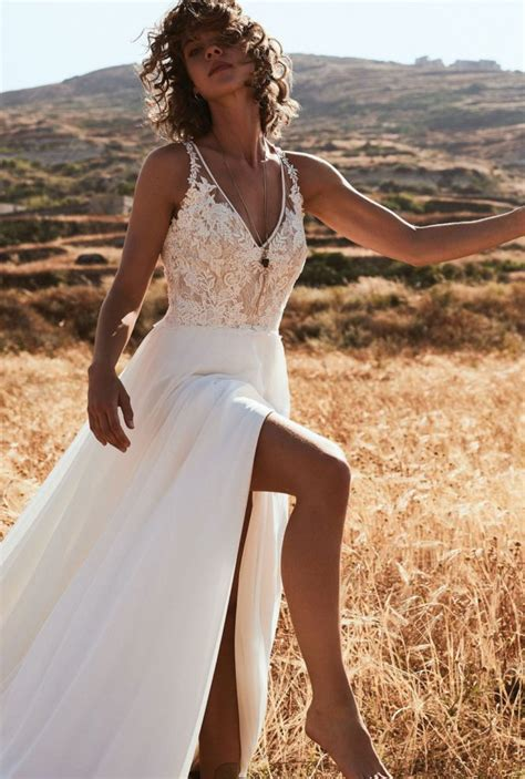stunning romantic bohemian wedding dresses   fall