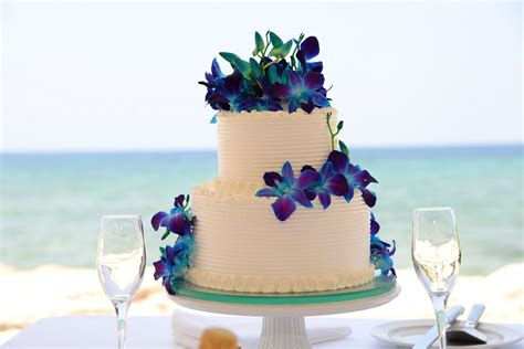 Use tropical flowers to add a pop of color to your cake #