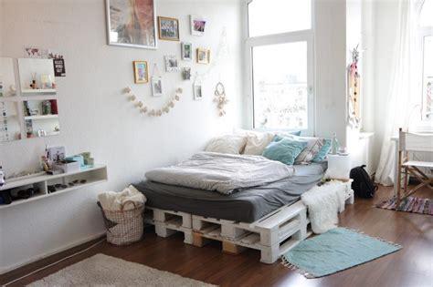schlafzimmer ideen mit arbeitsbereich wundersch 246 nes wei 223 gestrichenes palettenbett f 252 rs wg