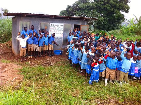 spende toiletten kinder kamerun afrika primarschueler