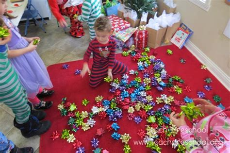 simple gift bow for preschoolers teach preschool 619 | Christmas Party Day 082