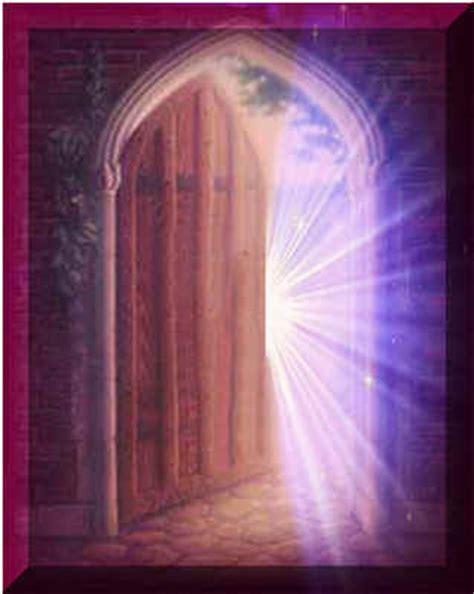 une porte s ouvre nuage ciel d azur
