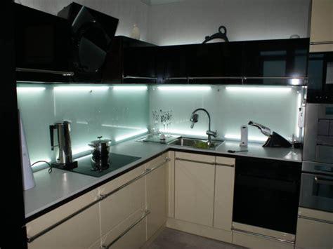 modern kitchen glass backsplash стеклянный фартук для кухни тренд в создании интерьера 7708