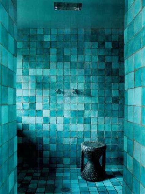 Badezimmer Fliesen Petrol by T 252 Rkis Wand Im Badezimmer Moderne Blaugr 252 Ne Fliesen