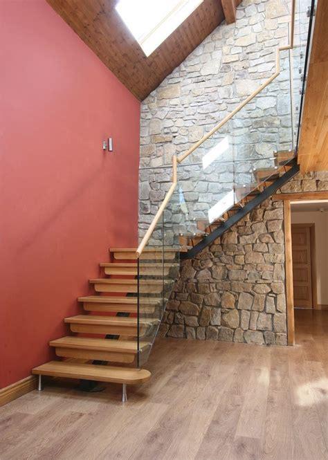 #Escalier   Quart tournant, limon central, marches en bois