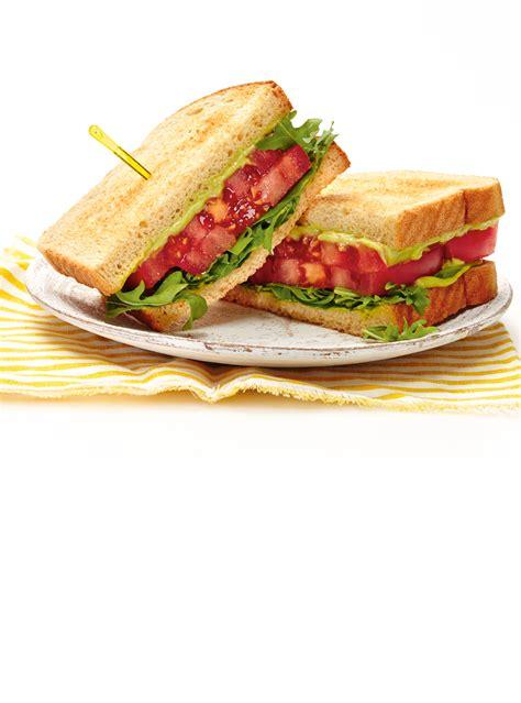 cuisine saumon sandwich aux tomates et à l avocat ricardo