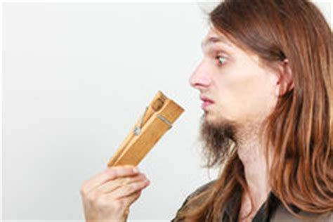 homme avec la pince 224 linge sur le nez photo stock image