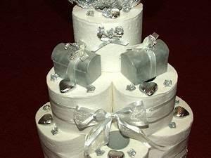 Hochzeit Geschenk Basteln : hochzeitstorte aus toilettenpapier mit silberner verzierung kiga geschenke geschenk ~ Frokenaadalensverden.com Haus und Dekorationen