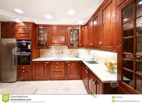 la cuisine du comptoir placards en bois simples de cuisine partie sup 233 rieure du comptoir r 233 frig 233 rateur photographie