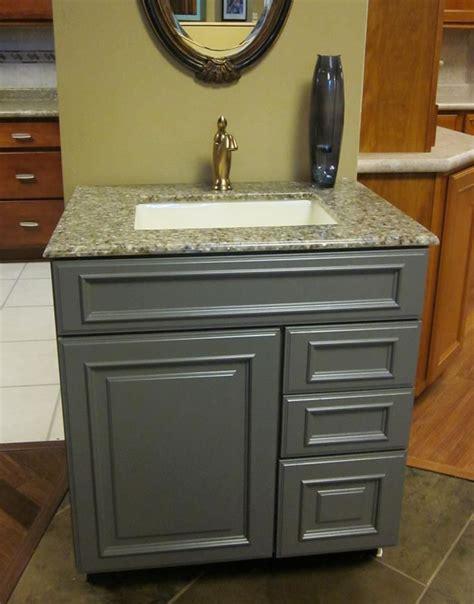 kraftmaid vanities this vanity features kraftmaid cabinetry the door style