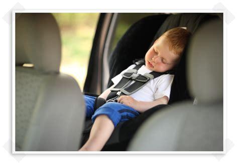 bebe position siege 8eme mois bébé en auto