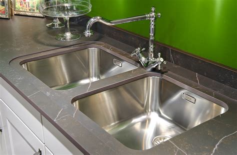 le site de cuisine évier de cuisine à poser sur le plan de travail ou à