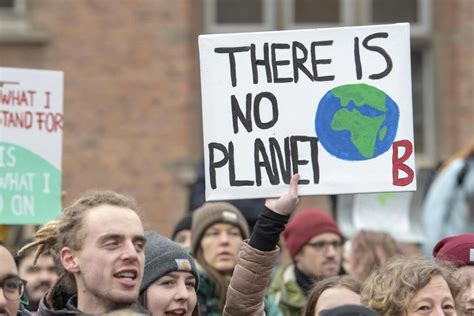 """With our call to #uprootthesystem, we seek to address ecological and social crises at their roots by placing mapa at the center of our struggle and struggling for a society that places people and planet over profit. Fotostrecke: """"Fridays for Future"""" am 15. März in Schleswig ..."""