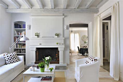 cuisine grise et blanche faire entrer la lumière dans une maison ancienne