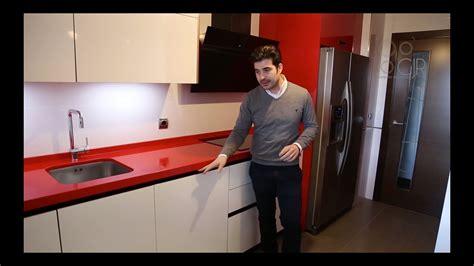cocina moderna color blanco  rojo  tirador oculto gola