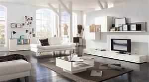 sitzgruppe mit couchtisch im wohnzimmer roomidocom With balkon teppich mit braune tapeten wohnzimmer