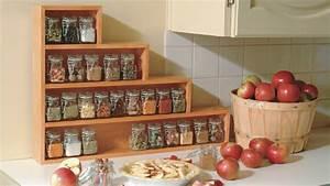 etagere a epices en escalier pour la cuisine simple With deco cuisine etagere