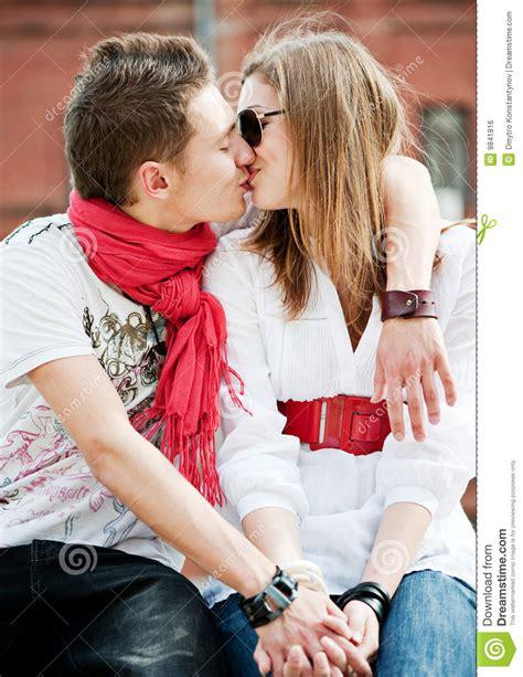couples amour cuisine jeunes couples dans l 39 amour s 39 embrassant photo stock