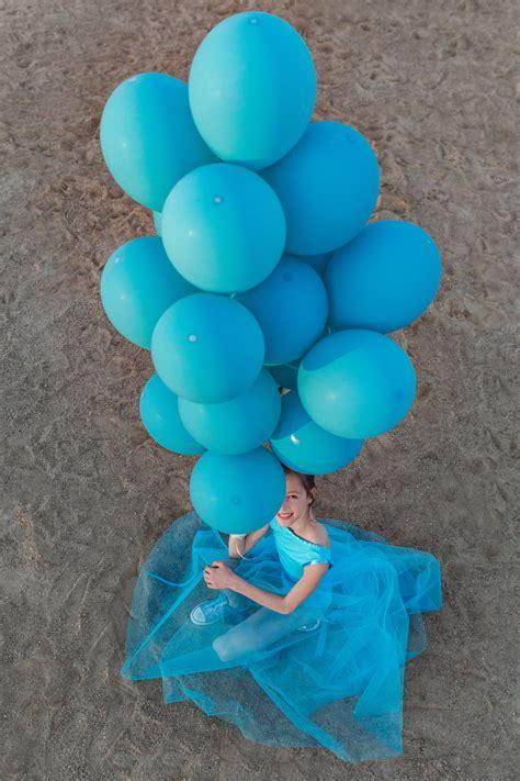 Gimtadienio fotosesija žydraspalviais balionais nutapytame smėlio karjere - Fotografė Reda Ruzel
