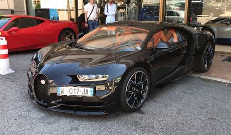 Exposed Carbon Fiber Bugatti Chiron Spotted, Proceeds To