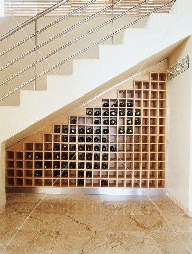 stauraum treppe beispiele stauraum f 252 r weinflaschen unter einer treppe mit metallgel 228 nder haus in 2019 weinregale