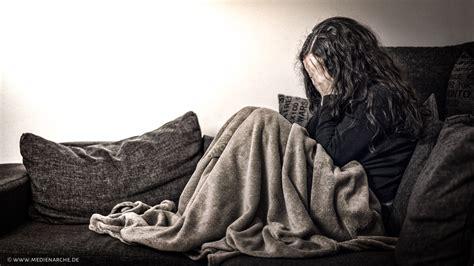 traurige frauen bilder traurige frau medienarche