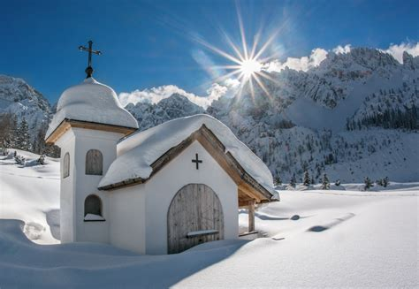 weihnachtskarte  sonniger gebirgslandschaft mit kapelle