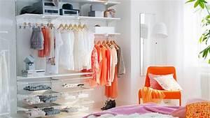 Petite Armoire De Rangement : armoire ou dressing dans une petite chambre que choisir ~ Teatrodelosmanantiales.com Idées de Décoration