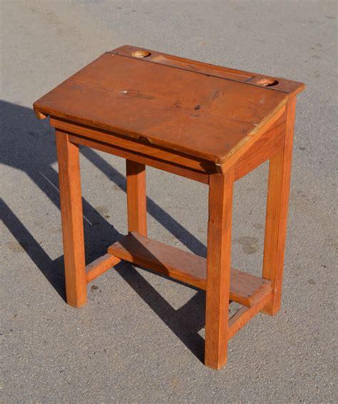 bureau en bois ancien mobilier vintage pour enfants chaises tables coffres à