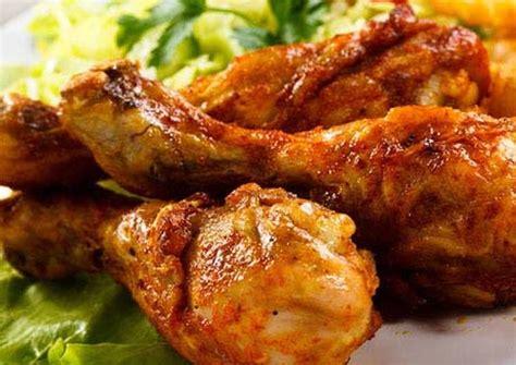 Tumis bumbu halus, masukkan air kaldu dan ayam, rebus sampai air kaldu menyusut setengahnya. Resep Ayam goreng bumbu kuning oleh Feri Januari Sihombing ...