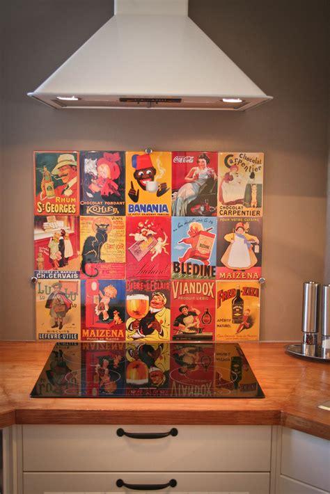 plaque en verre pour cuisine crédence de cuisine réalisée avec affiches métalliques