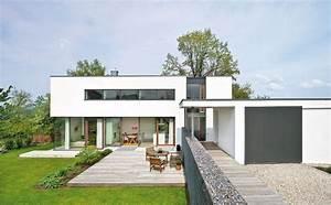 Einfamilienhaus Hanglage Planen : energieeffizientes flachdach haus im bauhaus stil haus ~ Lizthompson.info Haus und Dekorationen
