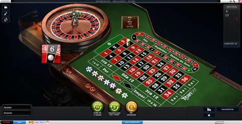 en un casino reparte las cartas a los jugadores