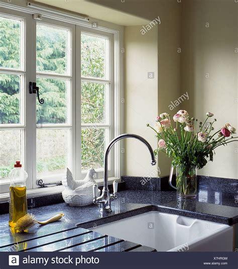 rubinetto lavandino finestra sopra belfast lavandino con rubinetto cromato in